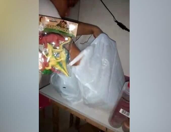 Brinquedo que menino retirou da sacola e foi visto na filmagem, gerando a acusação de furto (Foto/Reprodução)