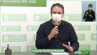 André de Assis, diretor da Escola de Saúde Pública, anuncia medidas em live (Foto: Reprodução)