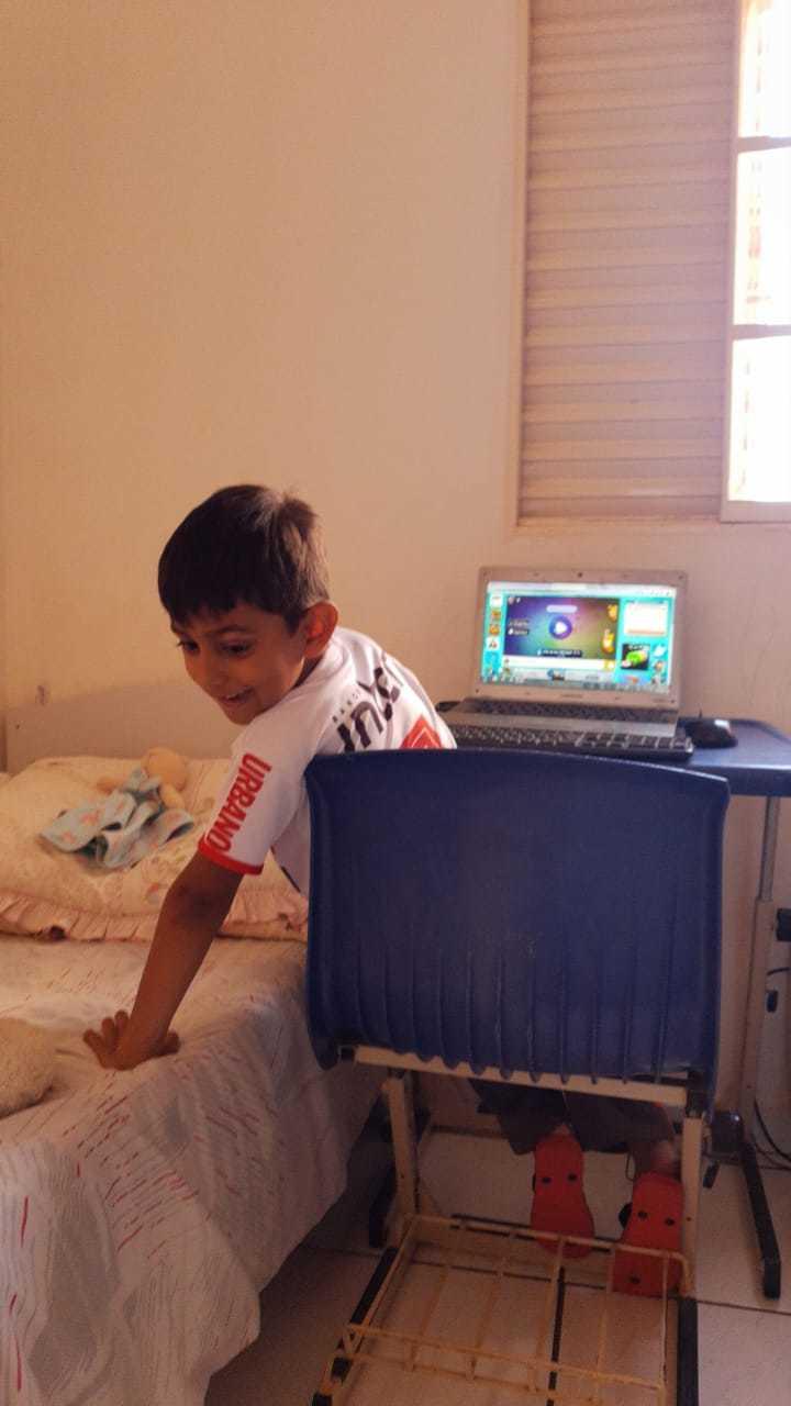 Pedro em suas atividades em casa.