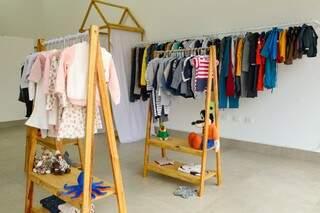 Na loja é possível encontrar várias peças de roupas infantis expostas nas araras. (Foto: Kísie Ainoã)