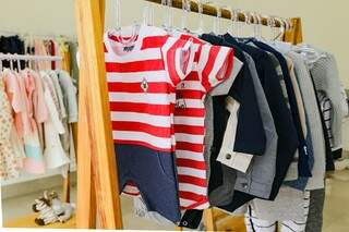 A loja também conta com conjuntinhos de camiseta e short, e tem até camisetinhas a mostra nas araras. (Foto: Kísie Ainoã)