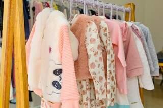 Tem casacos femininos infantis charmosos de várias cores e estampas da moda outono/inverno. (Foto: Kísie Ainoã)