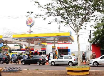 """""""Dia sem Imposto"""" tem fila que dobra quarteirão e gasolina 38% mais barata"""