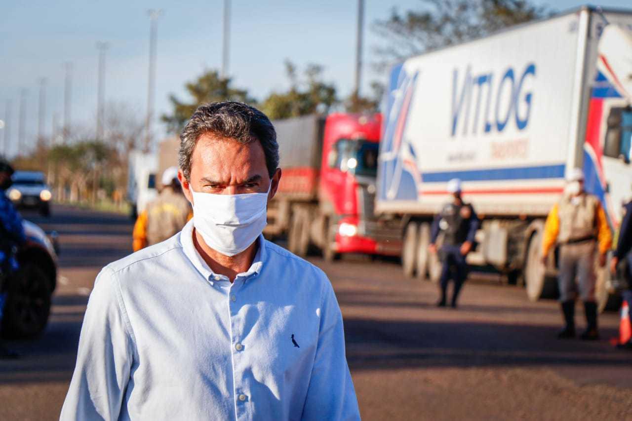 O prefeito de Campo Grande Marquinhos Trad, em visita à barreria sanitária na BR-163, saída para São Paulo (Foto: Henrique Kawaminami)
