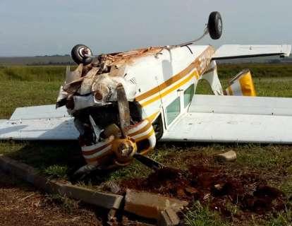 Piloto fez pouso forçado após pane e bateu avião monomotor em meio-fio