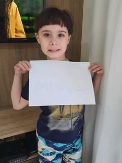 """Miguel e a folha onde escreveu o nome, em letrinha de forma, a pedido da """"Amiga da Rihappy"""". (Foto: Arquivo Pessoal)"""