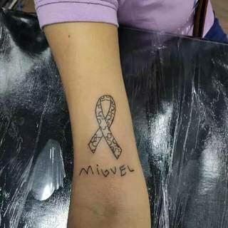 Logo depois de fazer a tatuagem, nome e o símbolo do Autismo. (Foto: Arquivo Pessoal)