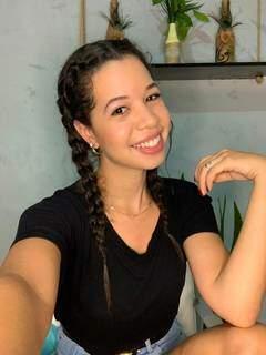 Paola feliz com trança no cabelo. (Foto: Arquivo pessoal)
