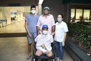 De alta, Adryano junto da família saindo para um recomeço. (Foto: Ascom Santa Casa de Campo Grande)