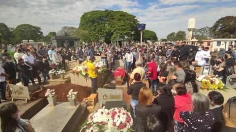 Familiares e amigos lotam cemitério para despedida de secretário assassinado