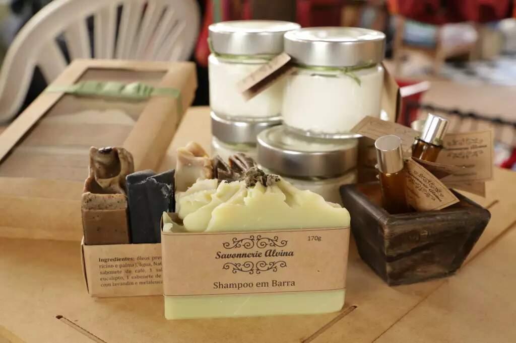 Shampoo em barra, sabonete em barra na lateral esquerda, perfume e creme hidratante nos potinhos. (Foto: Kísie Ainoã)