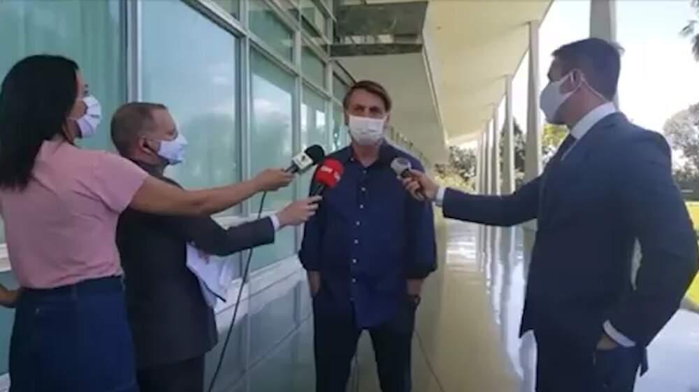 Jair Bolsonaro, Presidente da República, durante entrevista à imprensa, na manhã desta terça-feira, após testar positivio para o novo coronavírus (Foto: Reprodução/Internet)