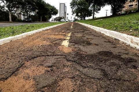 Buracos, desníveis no asfalto e iluminação são problemas que ciclistas enfrentam