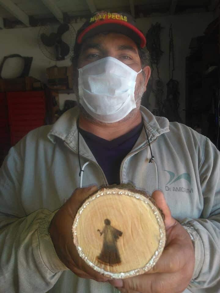 Angelo, fucionário da Prefeitura que cortou o tronco (Foto: Odimar Souza)