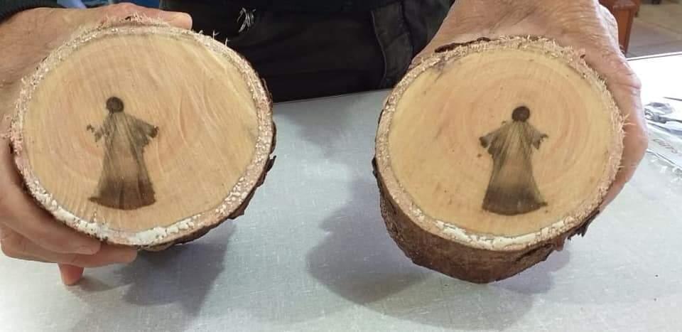 Imagem aparece dos dois lados do tronco cortado (Foto: Ana Paula Carvalho)