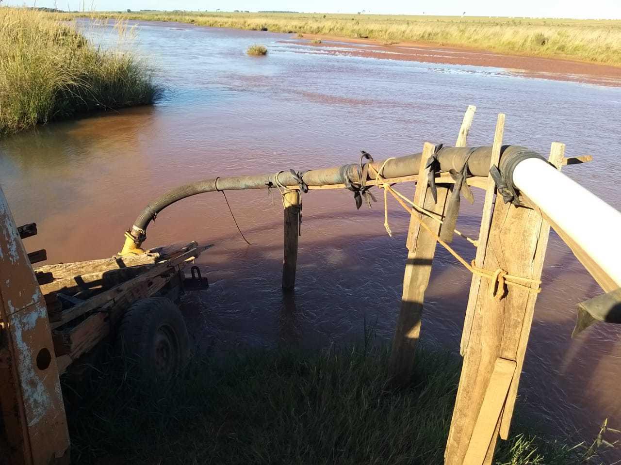 Canos levando o material até um depósito à margem do curso d'água, ou diretamente nos veículos de transporte (Foto: Divulgação)