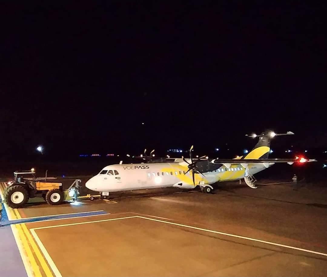 Avião da VoePass no aeroporto de Dourados, nesta segunda-feira (Foto: Divulgação/Raphael Azevedo)