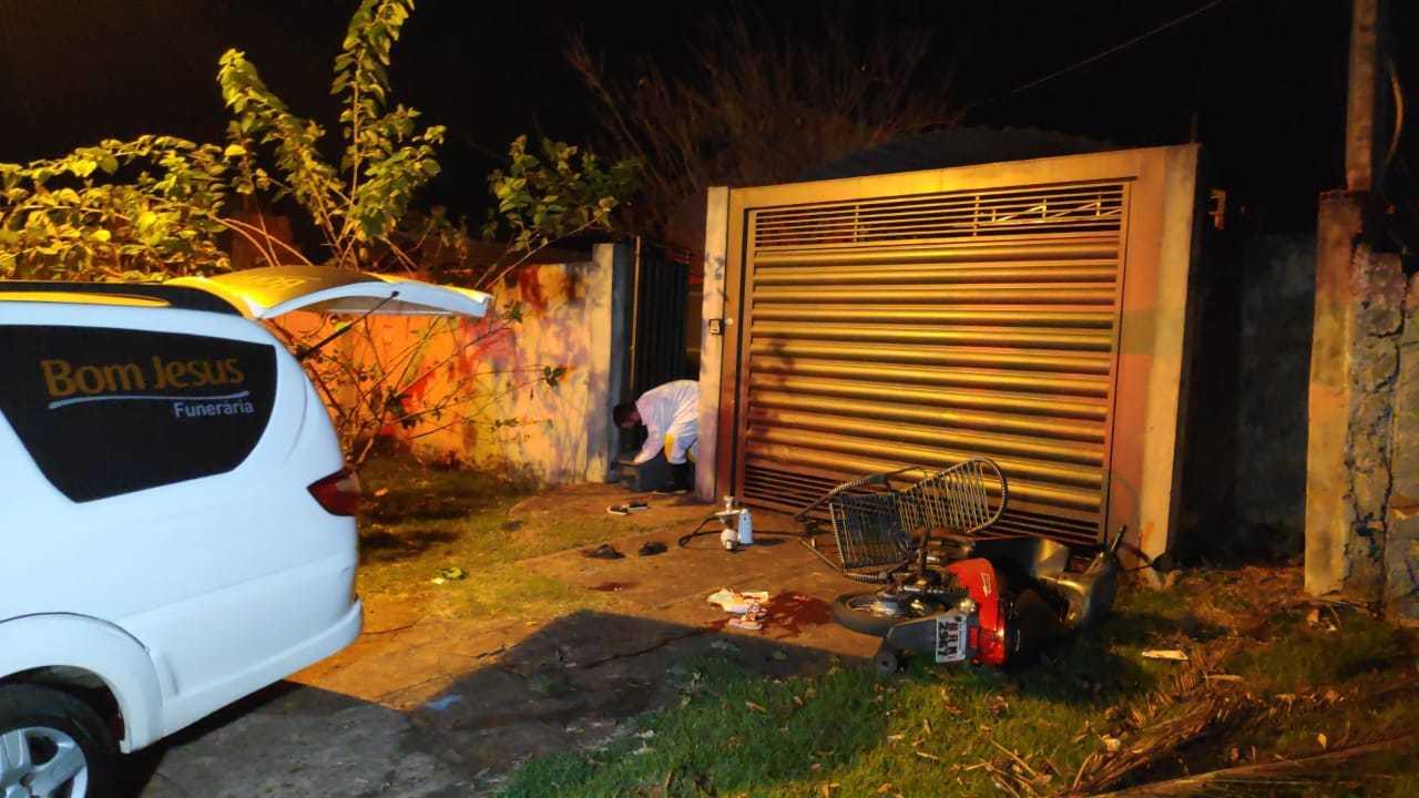 Carro de funerária em casa onde família foi atacada a tiros, domingo à noite (Foto: Adilson Domingos)