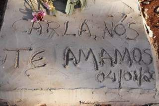 Túmulo de Carla, no cemitério Santo Amaro, em Campo Grande. (Foto: Kísie Ainoã)