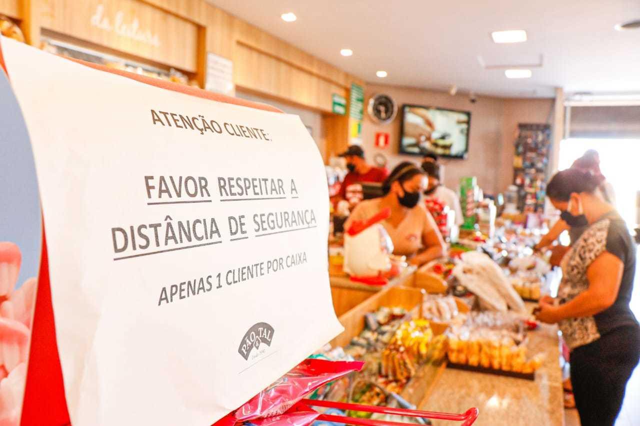 Pão e Tal criou corredor para que cliente entre e saia por portas diferentes. (Foto: Henrique Kawaminami)