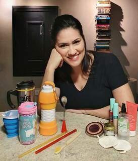 Giovana entre copos, canudos, escova de dente, colher e cosméticos que reduzem lixo ao mínimo. (Foto: Arquivo Pessoal)