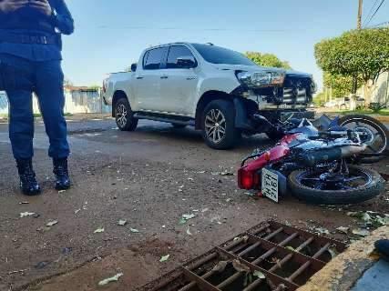 Batida entre Hilux e moto deixa casal ferido; homem está em coma