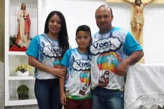Sandra com o marido e o filho de 11 anos em evento religioso em Iguatemi. (Foto: Arquivo da Família)