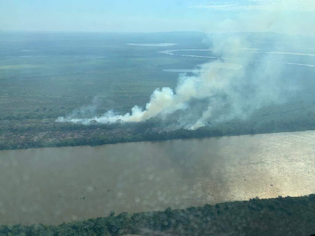 Fumaça vista na semana passada próxima da região da Serra do Amolar com Rio Paraguai cortando o caminho (Foto: Divulgação/IHP)