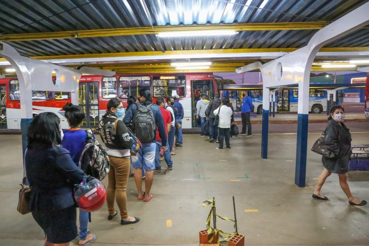 Jovem assalta passageiros de ônibus que ia das Moreninhas
