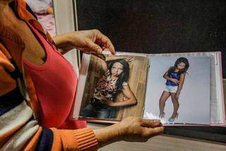 No álbum de fotos, Carla faz pose e a mãe relembra: adorava se maquiar e fazer foto. (Foto: Silas Lima)