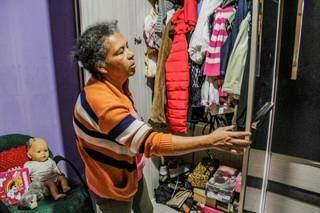 Evanir mostra as roupas da filha vítima de violência brutal. Ela não mexeu em nada, nem pretende por ora (Foto: Silas Lima)