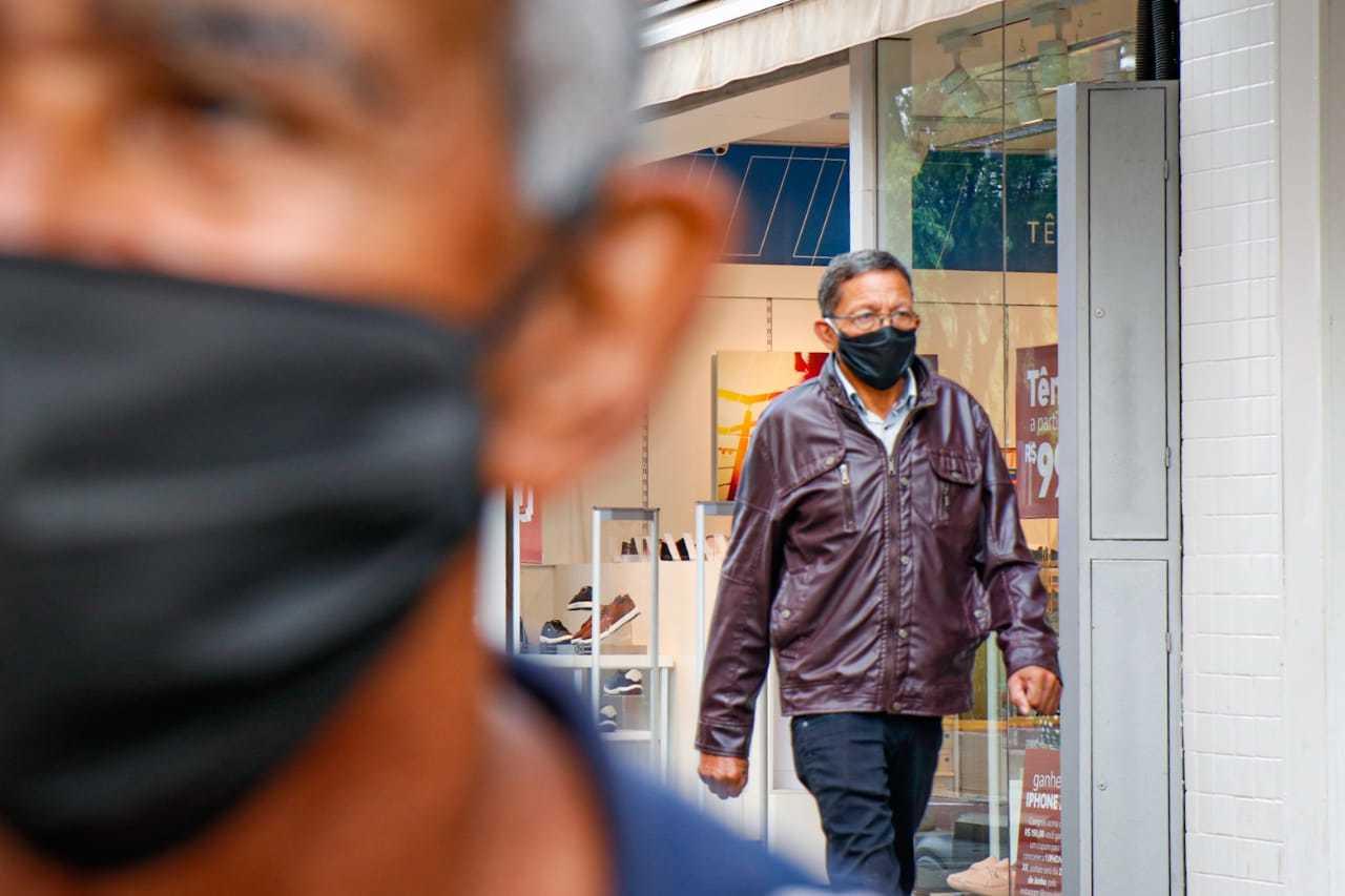 Pedestres caminhando de máscara no Centro da Capital. (Foto: Henrique Kawaminami)