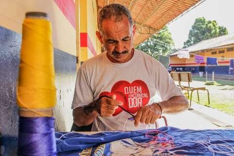 """""""Resistindo"""" em escolas, moradores de rua torcem por projeto pós-pandemia"""