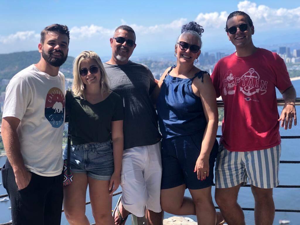 Filho Thiago, nora Taynara, Altair, esposa Norma e filho Kael, no Pão de Açúcar (RJ), em janeiro deste ano. (Foto: Arquivo da Família)