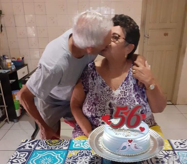 Amor e carinho, no aniversário de 56 anos de casados, comemorado em 13 de junho. (Foto: Arquivo da Família)