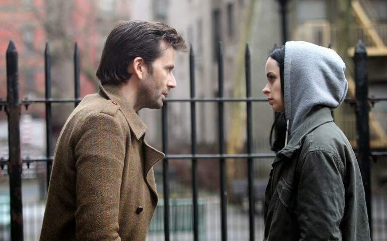 Cena da série Jessica Jones, onde mostra a super-heroína, da Marvel Comic, tentando se desvencilhar de 'K', que aparentemente é um homem perdidamente apaixonado por ela. Mas na verdade, é o típico abusador que tortura a mulher por meio da violência psicológica.