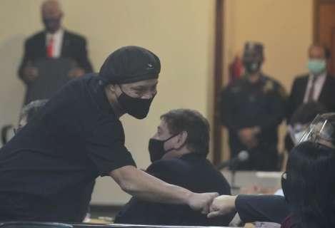 Justiça paraguaia solta Ronaldinho Gaúcho e o irmão após quase 6 meses presos