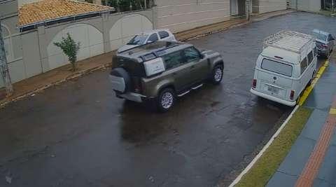 Imagens mostram ladrões entrando e saindo com Land Rover de meio milhão