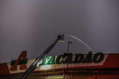 Mais de 36 horas após incêndio, Corpo de Bombeiros ainda apaga focos no Atacadão