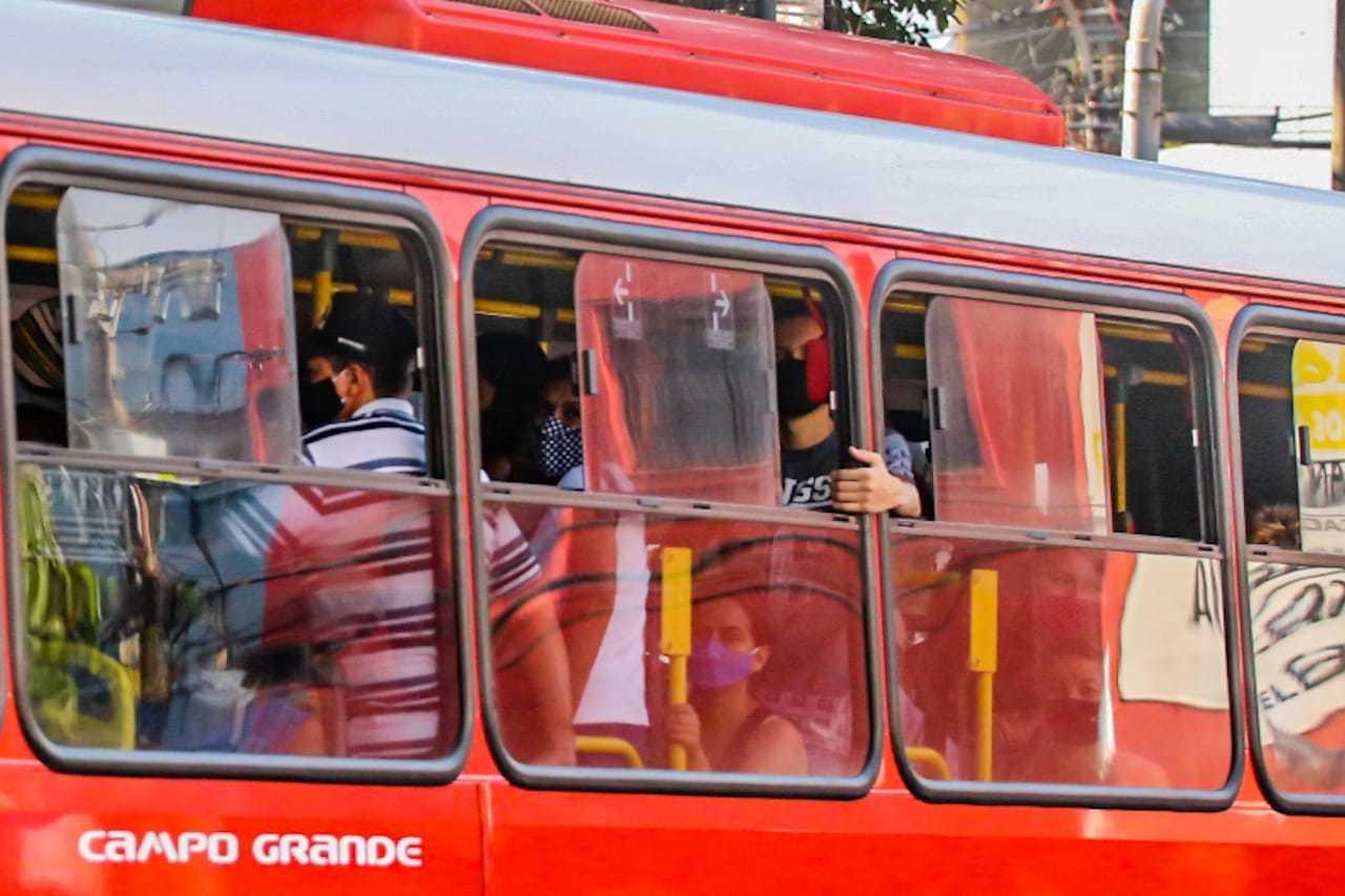 Sem aumento no número de ônibus, consórcio quer acrescentar passageiros em pé. (Foto: Marcos Maluf)