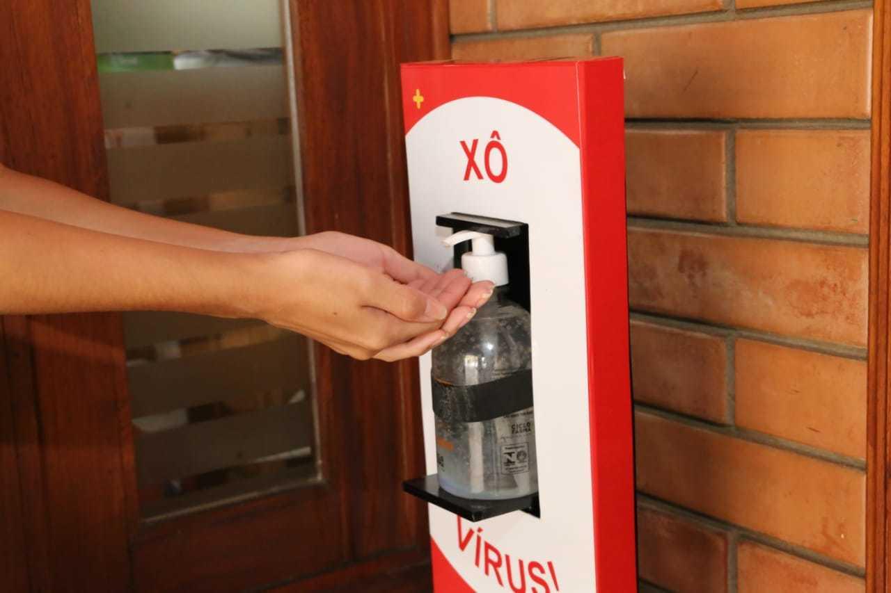 Totem de álcool em gel é parada obrigatória para aluno entrar em escola. (Foto: Kísie Ainoã)