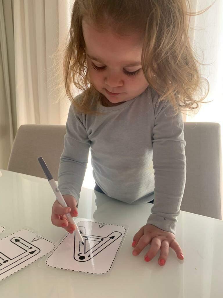 Alice, de 2 anos, ficou os seis meses de pandemia fazendo atividades em casa, mas agora se prepara para voltar às aulas na escola. (Foto: Arquivo Pessoal)