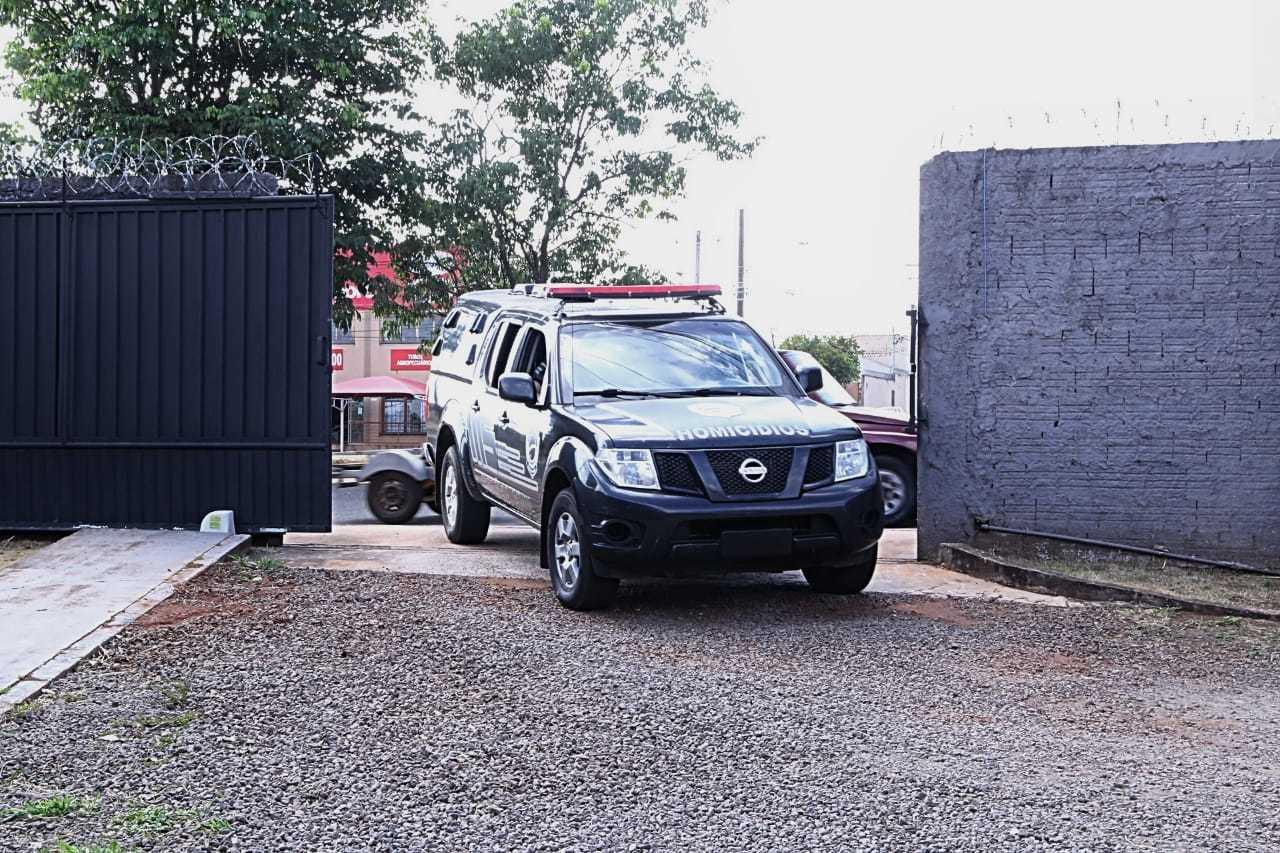 Viatura da Polícivia Civil chega à sede do Garras, para onde apontadores do bicho foram levados durante ação. (Foto: Kísie Ainoã)