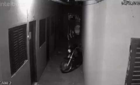 Vídeo mostra dupla que executou gêmeos entrando e saindo de quitinete