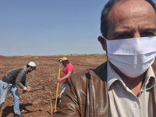 Arlei Barbosa acompanha divisão de terrenos em loteamento, em 24 de agosto (Foto: Reprodução/Facebook)