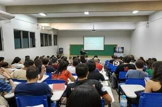 Acadêmicos acompanham aula antes da pandemia (Foto: Divulgação)