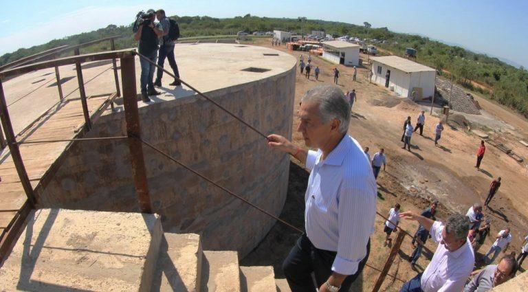 Governador Reinaldo Azambuja em visita a uma das estações da Sanesul (Foto: Governo de MS/Divulgação)