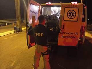 Policial abrindo o compartimento traseiro do veículo onde a droga estava sendo transportada. (Foto: PRF)