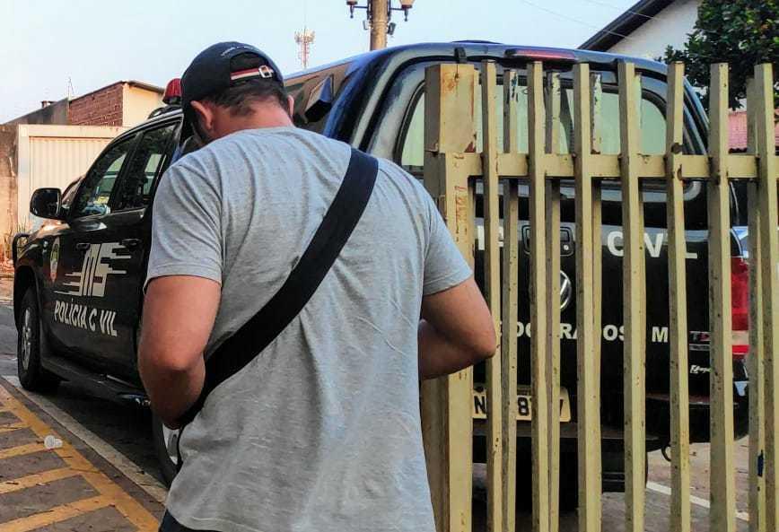 Acompanhado de advogado, suspeito prestou depoimento na Depac de Dourados. (Foto: Adilson Domingos)