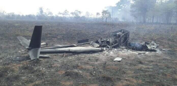 Avião caiu esta manhã na área de assentamento, em Rosana/SP (Foto: André Cerilo da Silva)